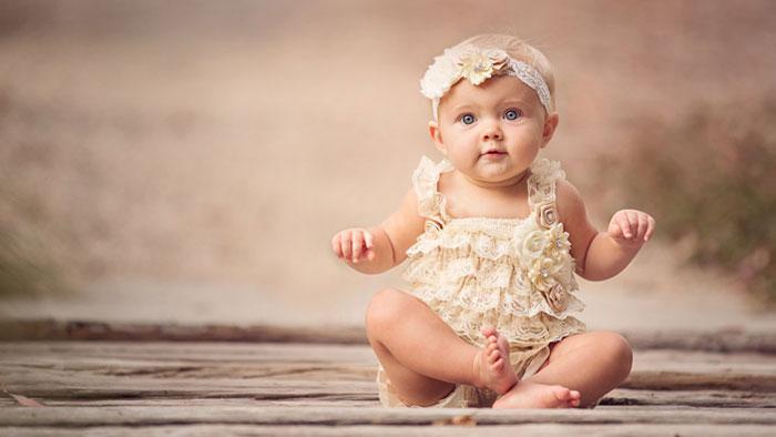 آموزش نشستن به نوزاد