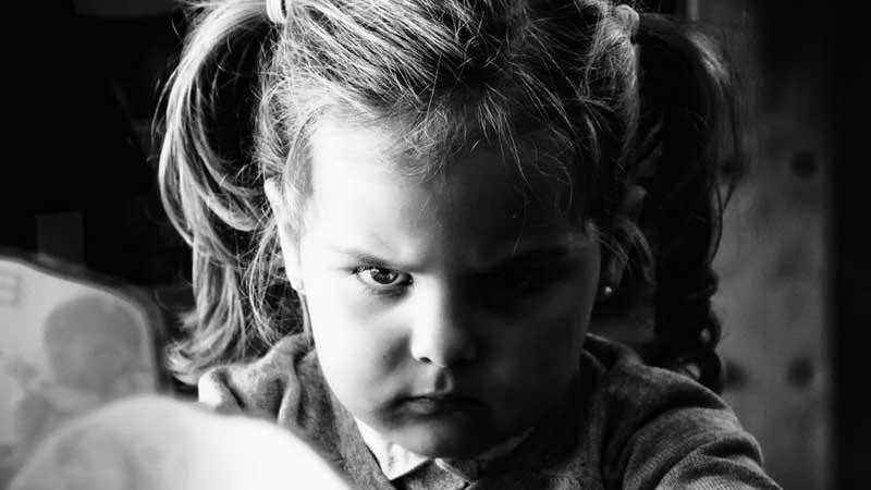 والدین بخوانند: چگونه با کودکان لجباز رفتار کنیم؟