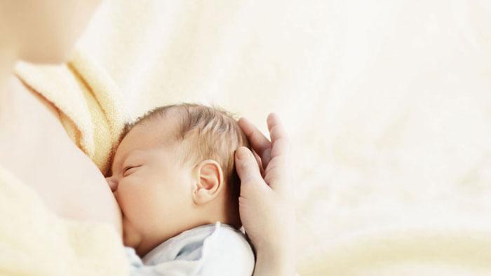 درمان تب کودکان با شیر مادر