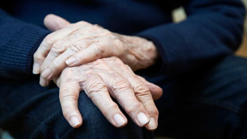بیماری پارکینسون چیست ؟ افراد در معرض خطر ، علت ، علائم و روش های درمان