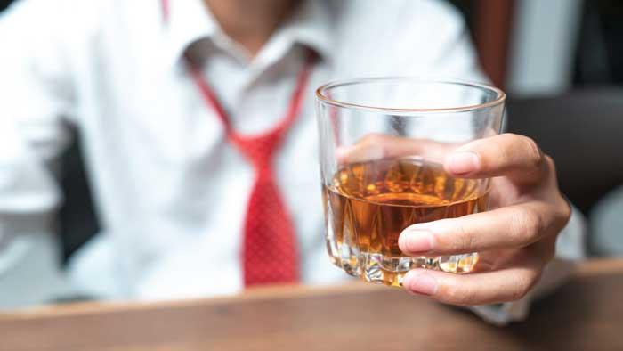 نوشیدن الکل از علت های گرگرفتگی بدن