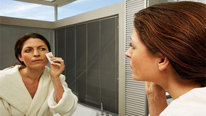 پاک کردن آرایش قبل از خواب برای جلوگیری از پف زیر چشم