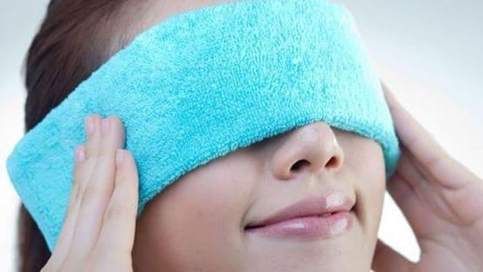 کمپرس گرم برای درمان عفونت چشم