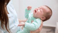 7 دلیل گریه نوزاد و معرفی بهترین روش و تکنیک های آرام کردن او