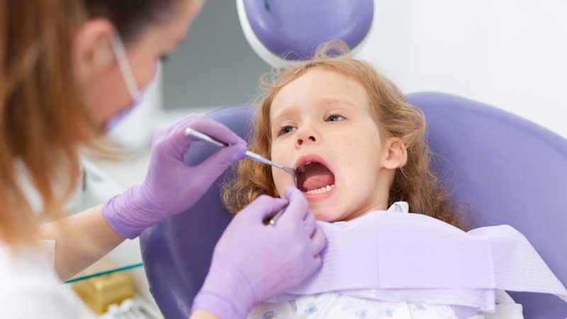 چگونه از آبسه دندان کودکان جلوگیری کنیم ؟ علت، علائم و روش درمان آن چیست؟