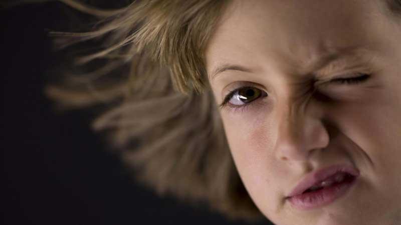 تیک عصبی چه زمانی رخ می دهد و چه علائمی دارد؟